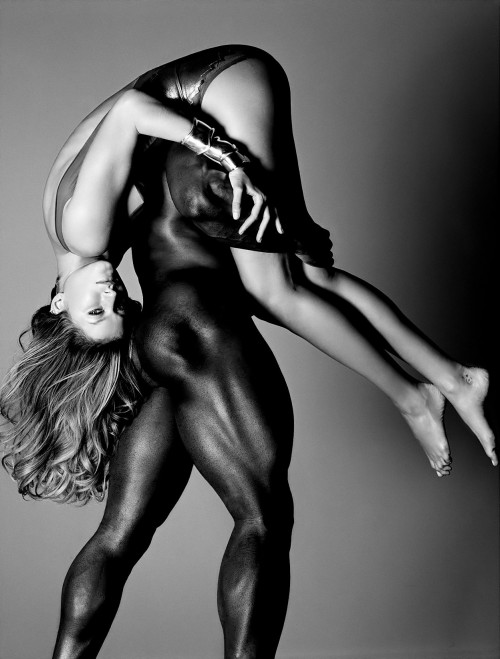 gisele bundchen being carried by nude man